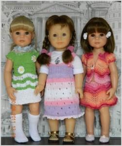 Три куклы в вязаной одежде