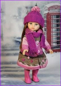 На фото кукла в тёплой вязаной одежде