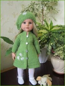Изумительно красивая кукла в зелёном пальто и шапочке