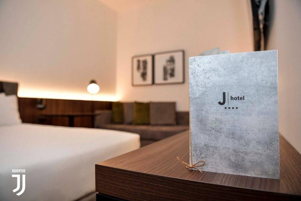 J Hotel: alla scoperta dell'albergo a tinte bianconere. I dettagli