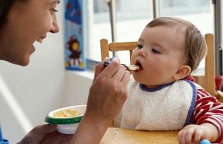 Ăn thức ăn đặc quá sớm không tốt cho đường ruột của bé, có thể khiến trẻ cáu kỉnh vì không tiêu.