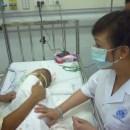 Một em bé đang rất nguy kịch do viêm não Nhật Bản tại BV Nhi TW.