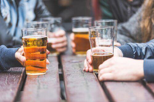 Μισόλιτρα μπύρας σε τραπέζι