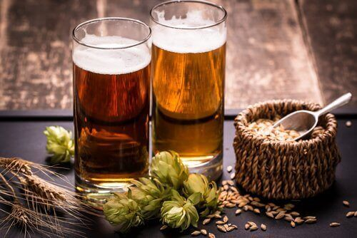 Δύο ποτήρια μπύρας και τα συστατικά της