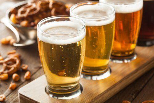 Τρία ποτήρια μπύρας σε τραπέζι