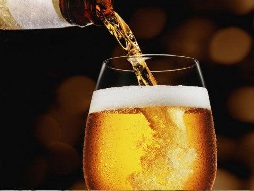 Μπύρα από το μπουκάλι στο ποτήρι