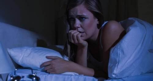 γυναίκα στο κρεβάτι που δεν κοιμάται