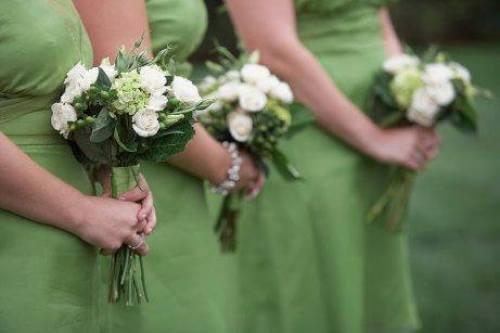 Παράνυμφοι φορούν πράσινα φορέματα
