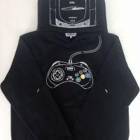 本日発売!しまむらxセガハードコラボシリーズ新作は、ブラックでおしゃれな「セガサターン プルパーカー」