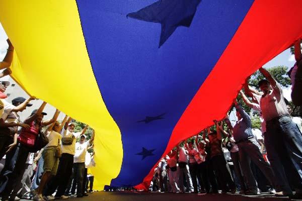 La-gran-bandera-de-Venezuela-se-hizo-presente-en-la-concentración-_expand