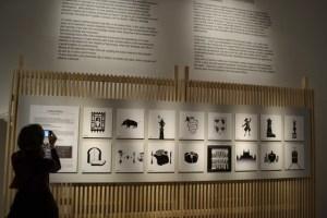 Pannello della mostra con i simboli di Milano (foto tratta da un sito brasiliano che parla della mostra su Milano)