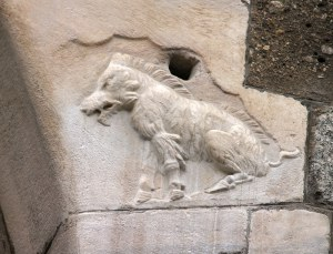 La leggendaria scrofa riprodotta sul Palazzo della Ragione, lato Via dei Mercanti