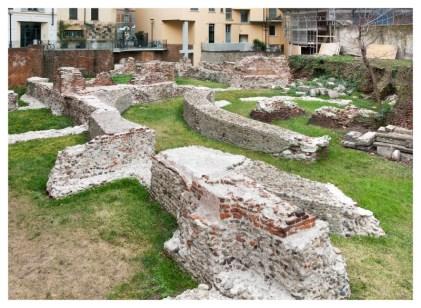 Le strutture dell'edifico moderno di Via Brisa 15 affondano tra le rovine delle terme romane