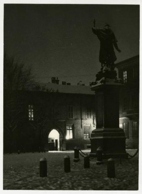 Veduta notturna del palazzo Borromeo immortalata dal fotografo Giulio Galimberti (da Lombardiabeniculturali)