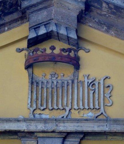 Il nuovo stemma con la scritta humilitas, riprodtto sul frontone della chiesa di famiglia di S. Maria Podone in Piazza Borromeo