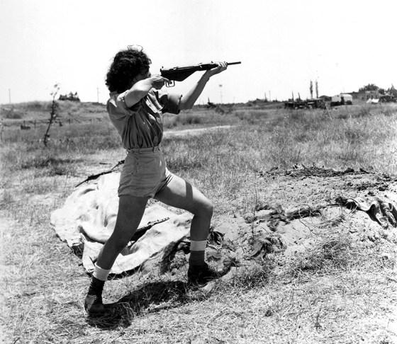 An Israeli commando demonstrates the use of Sten gun. (Image source: WikiCommons)