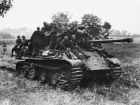 Infantry hitch a ride on a Panther, 1944. (Image source: German Federal Archive)