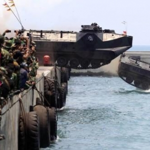 Aksi LVT-7 Marinir Tuai Pujian Dunia