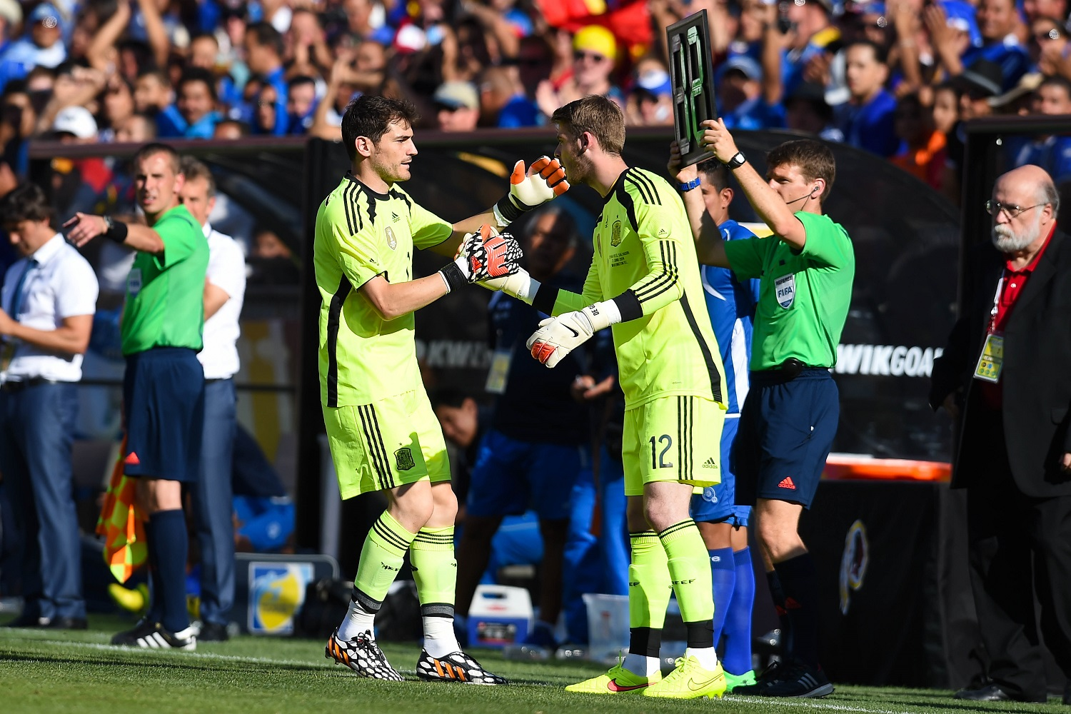 LANDOVER, MD - JUNE 07:  Iker Casillas of Spain comes off by David de Gea of Spain during an international friendly match between El Salvador and Spain at FedExField on June 7, 2014 in Landover, Maryland.  (Photo by David Ramos/Getty Images)