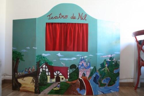 El teatro de Nil. No le falta de nada, hasta las marionetas son caseras. Aquí como las hicieron
