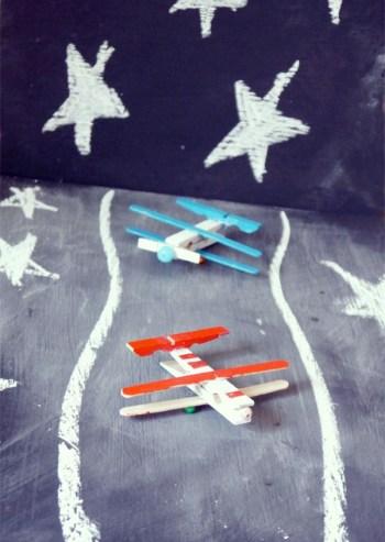 Foto de aviones hechos con pinzas de la ropa