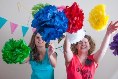Foto de Inma y Laura tirando pompones al aire