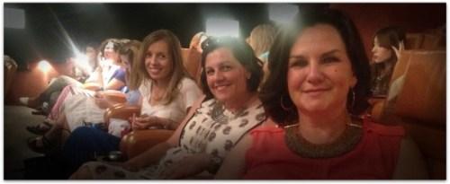 Mónica, Marga y una servidora esperando el comienzo de la película