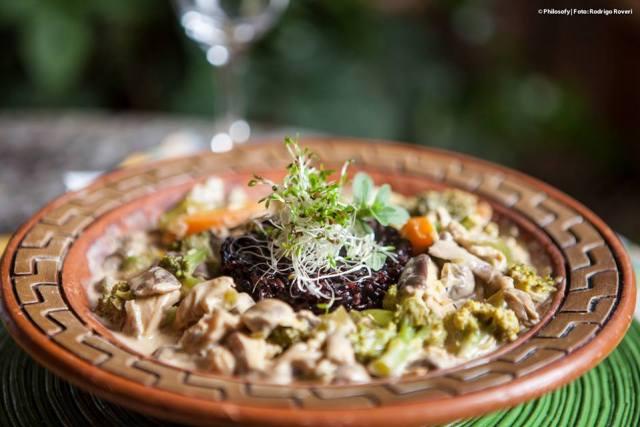 Cozido de vegetais com leite de amendoas e arroz negro
