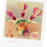 Manualidad de corazones en 3D de papel para decorar pinchos de fruta