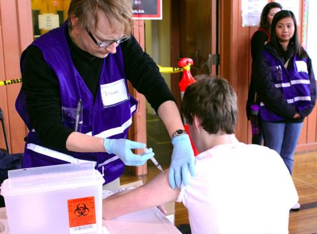 Un alumno recibe una vacuna de refuerzo Tdap en la secundaria Roosevelt en marzo de 2011.
