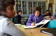 La clase de Dinorah Salazar trabaja en problemas de matemáticas antes de comenzar la lección.