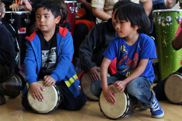 Niños practicando durante la clase de Loco Bloco titulada Hella Loco.