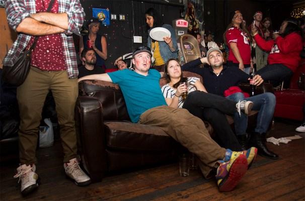 Luke Helming relajándose con amigos en un sofá de Gestalt. Helming, originario de Boston, apoya a los 49ers. Foto de Marta Franco.