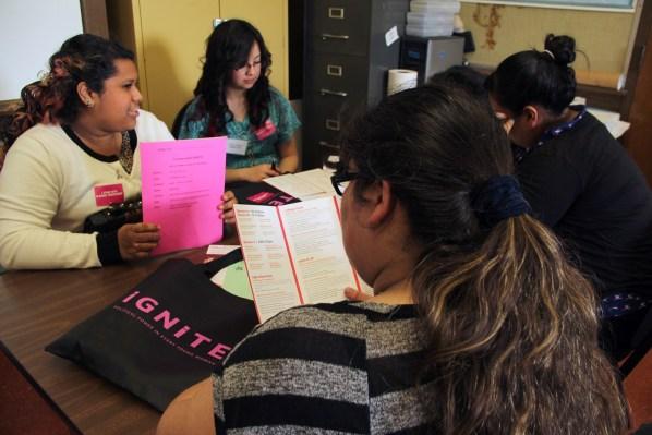 La jóvenes platican y leen durante uno de los talleres en la conferencia organizada por Ignite.