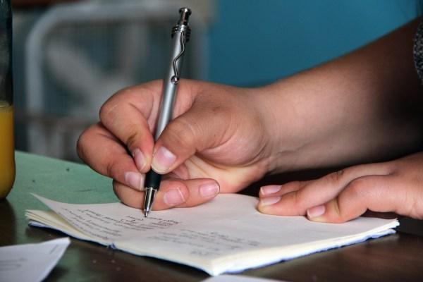 Una joven toma notas durante la conferencia.