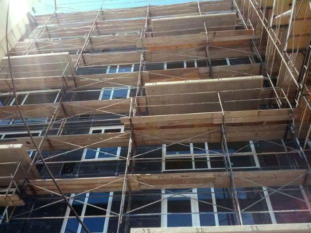 Scaffolding around the Vida condo construction. Photo by Daniel Hirsch.