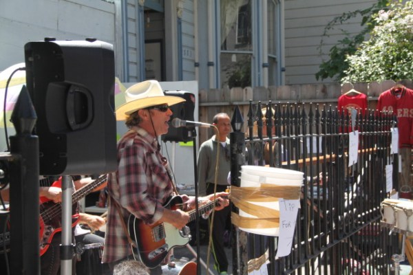 Musicians and vendors set up shop in people's front yards (with their permission, presumably) and attracted large crowds. Photo by Joe Rivano Barros.
