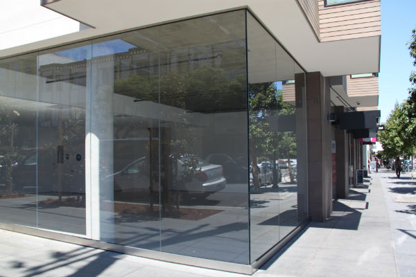 The empty storefront at the corner of 19th and Valencia. Photo by Daniel Hirsch.