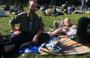 Dos amigos disfrutando de una tarde de sábado en el parque.