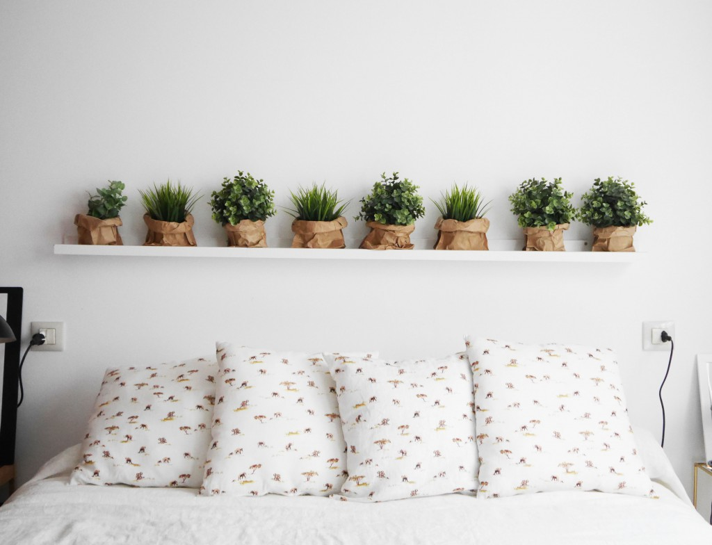 Ideas Para Decorar Pared Cabecero Dormitorio Un Simple Estante Como Alternativa Al Cabecero De Cama
