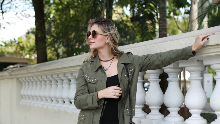 Look do dia Mix da Mel Campo parka militar + bota metalizada (5)