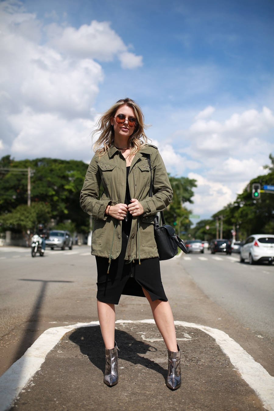 Look do dia Mix da Mel Campo parka militar + bota metalizada (7)