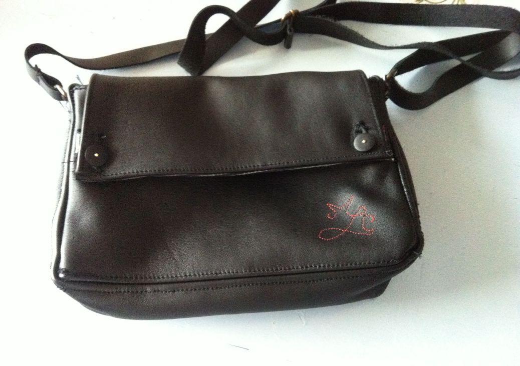 Un sac noir en cuir
