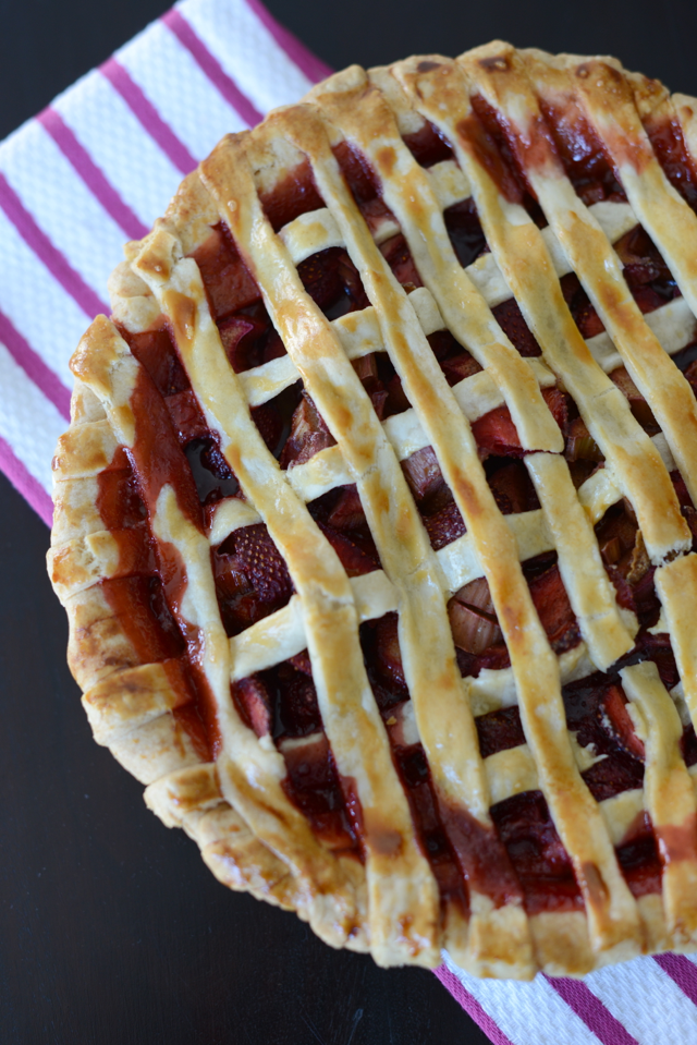 strawberry rhubarb pie http://www.mlovesmblog.com/search/label/recipe