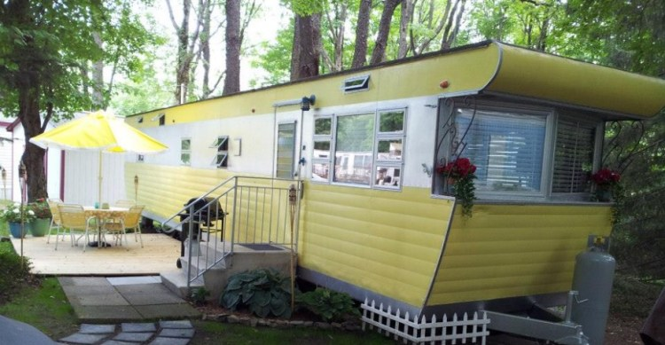 Vintage mobile home restoration sensational 1955 smoker aristocrat for Images of manufactured homes interior and exterior