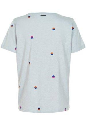 Camiseta amarlie de algodón en tono gris con topos bordados de colores.