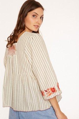 Meisie. Blusa de rayas, vista por la espalda.