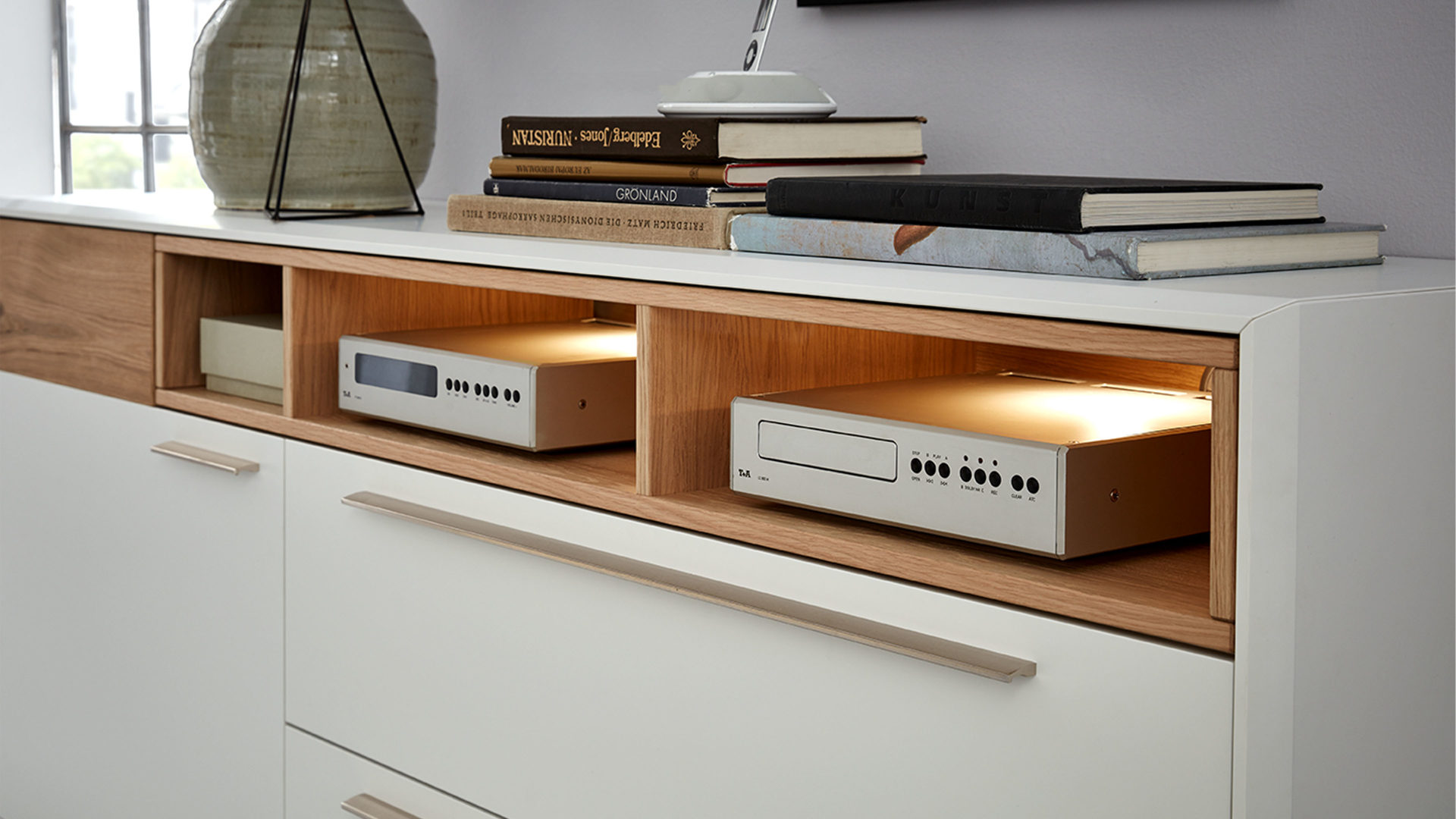 interliving wohnzimmer serie 2102 sideboard 510106 helles asteiche furnier weisser mattlack eine tur zwei klappen