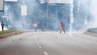 شرطة كينيا تطلق الغاز المسيل للدموع على محتجين في وسط نيروبي