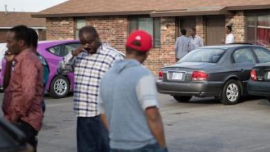 أشخاص يقفون أمام مسجد يقع داخل مجمع سكني بولاية كانساس الأمريكية تقول السلطات الاتحادية ان ثلاثة رجال كانوا يخططون لاستهداف المسجد يوم الجمعة. تصوير: آدم شريملين - رويترز.